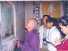 Cố GS Trần Quốc Vượng (trái) đang đọc tấm bia cổ ở đình Túy Loan (Đà Nẵng). Ảnh:  T.L