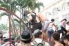 Hàng trăm người liều mạng vượt rào vào Công viên nước Hồ Tây ngày miễn phí. Ảnh: ANTĐ.