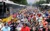 Hàng chục triệu người sử dụng xe máy ở Việt Nam phải đóng phí từ 100.000 đến 150.000 đồng để được sử dụng đường bộ bắt đầu từ hôm nay. Ảnh: Bá Đô
